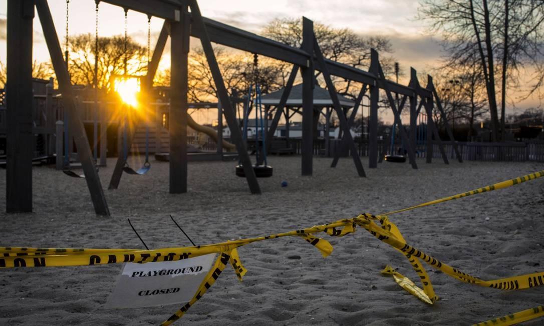 Parque de lazer para crianças fechado na cidade de Westport, Connecticut (EUA), onde uma festa de aniversário foi apontada como ponto de contágio de dezenas de pessoas pelo novo coronavírus Foto: DAVE SANDERS / NYT