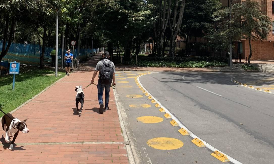 Homem caminha no primeiro dia de medidas de confinamento por gênero em Bogotá por causa do coronavírus Foto: Leticia Fernandes