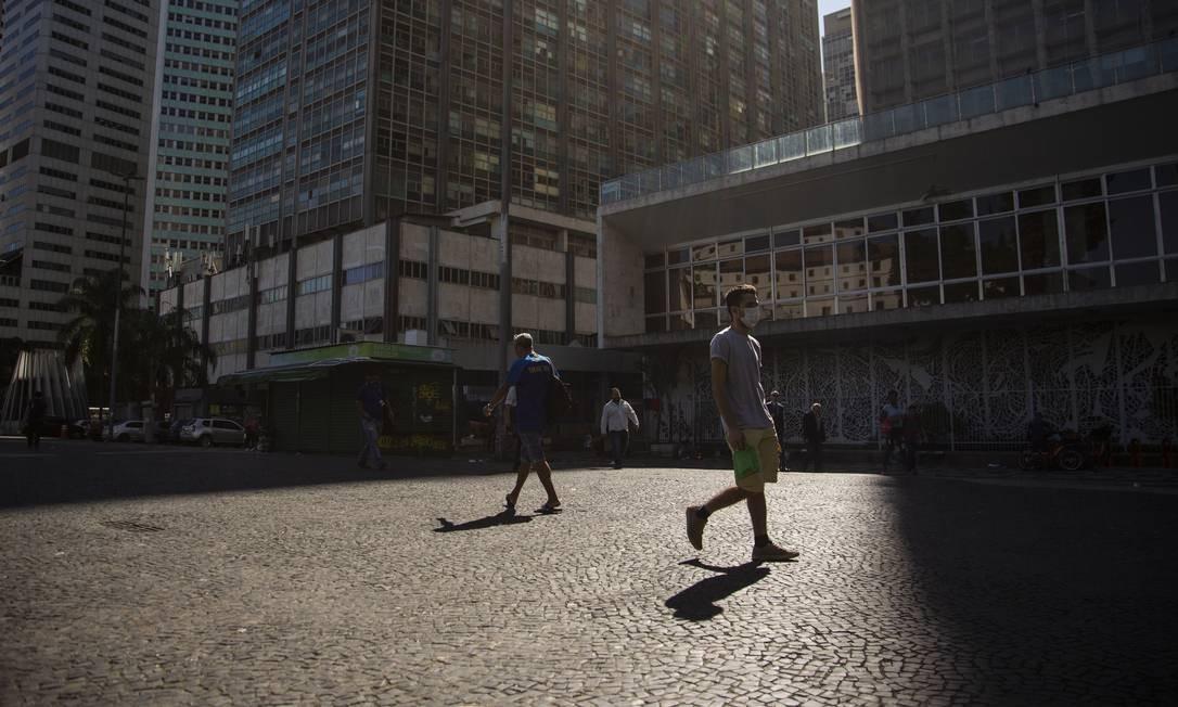 Lugar de multidões, o Largo da Carioca esteve vazio nesta segunda-feira, seguindo as recomendações de isolamento social para conter a Covid-19 Foto: Gabriel Monteiro / Agência O Globo