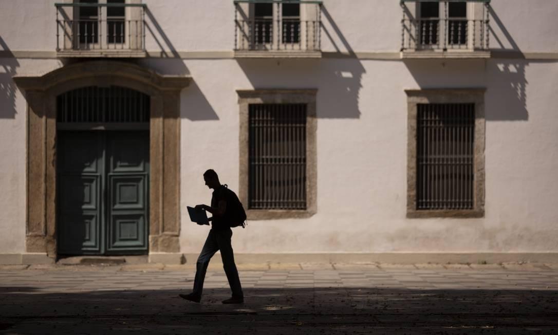 Homem caminha sem a companhia da multidão dos dias normais próximo ao Paço Imperial, na Praça XV Foto: Gabriel Monteiro / Agência O Globo