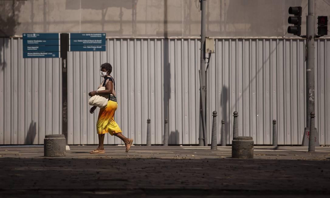 Uma mulher caminha solitária pelas ruas do Centro Foto: Gabriel Monteiro / Agência O Globo