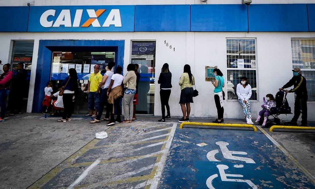 Fila para receber o auxílio emergencial em SP. Foto: Fotoarena / Agência O Globo