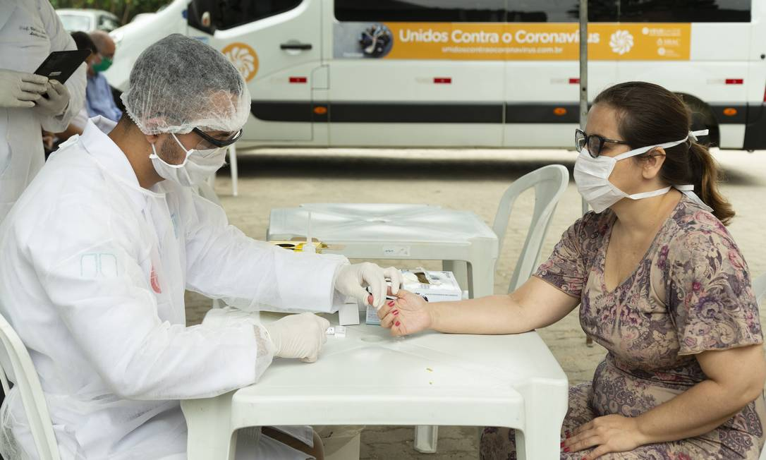 Profissional de saúde faz teste para Covid-19 no Hospital Municipal Ronaldo Gazolla, no Rio. Foto: Leo Martins / Agência O Globo