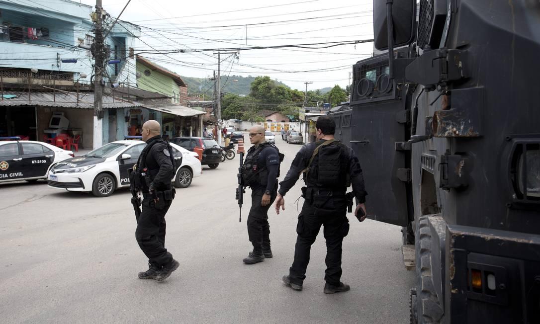 Policiais civis durante operação contra supeitos envolvidos em homicídios, tráfico e roubo Foto: Márcia Foletto / Agência O Globo