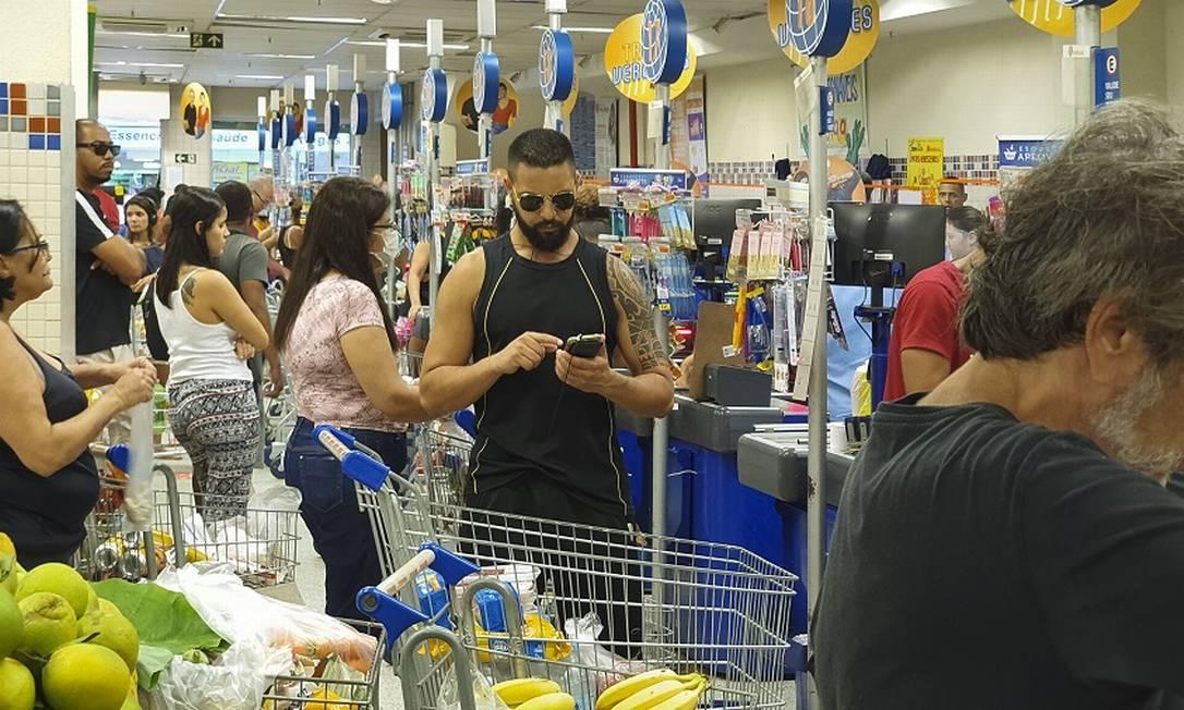 Clientes se aglomeram em supermercado em Copacabana. Foto: Leo Martins / Agência O Globo