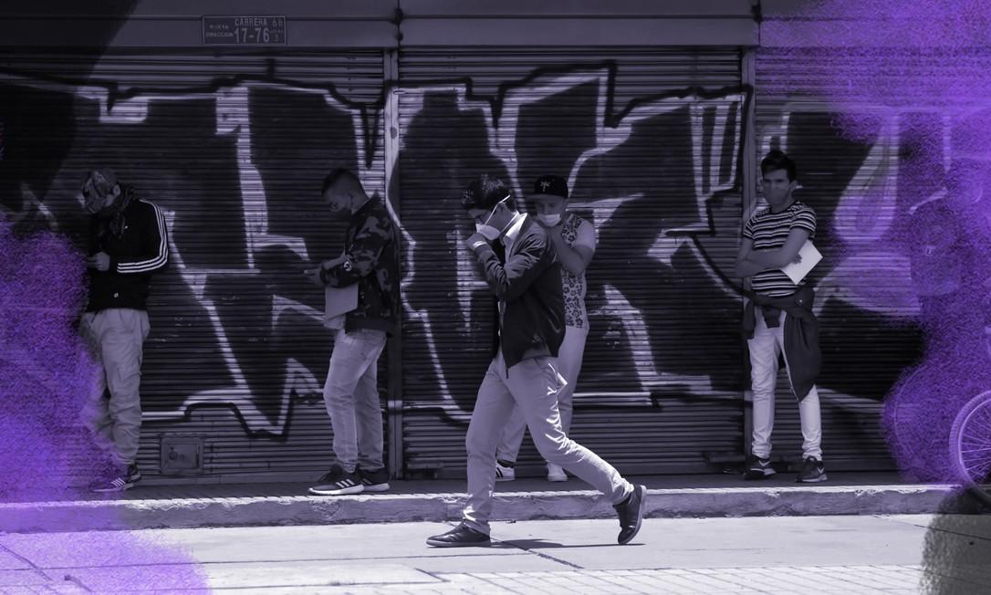 """Um grupo de homens vestindo máscaras como medida preventiva contra a propagação do coronavírus, aguardando sua vez de entrar em um banco em Bogotá. A prefeita Claudia López pôs em prática a restrição de mobilidade """"pico e gênero"""", que permite que as mulheres circulem em dias pares, e homens em dias ímpares durante a quarentena. Foto: Raul ARBOLEDA / AFP"""