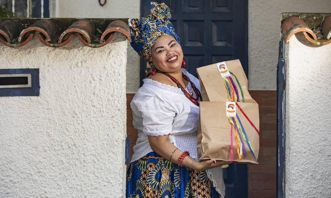 A baiana Rosa Perdigão, que tinha uma barraca na Cinelândia, faz agora quitutes na cozinha, no Rio Comprido, e entrega através de aplicativos da Associação das baianas de Acarajé, passou a fazer vendas via delivery Foto: Ana Branco / Agência O Globo