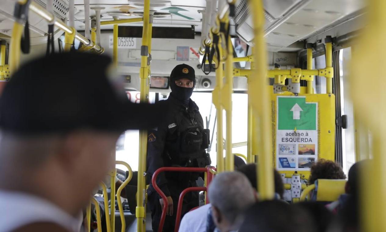 Polícia fiscalizou determinação de viagens de ônibus somente com passageiros sentados Foto: Marcia Foletto / Agência O Globo - 14/04/2020
