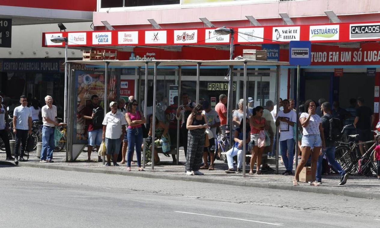 Ponto de ônibus na Rua Francisco Real ficou lotado na manhã desta terça Foto: Fabiano Rocha / Agência O Globo