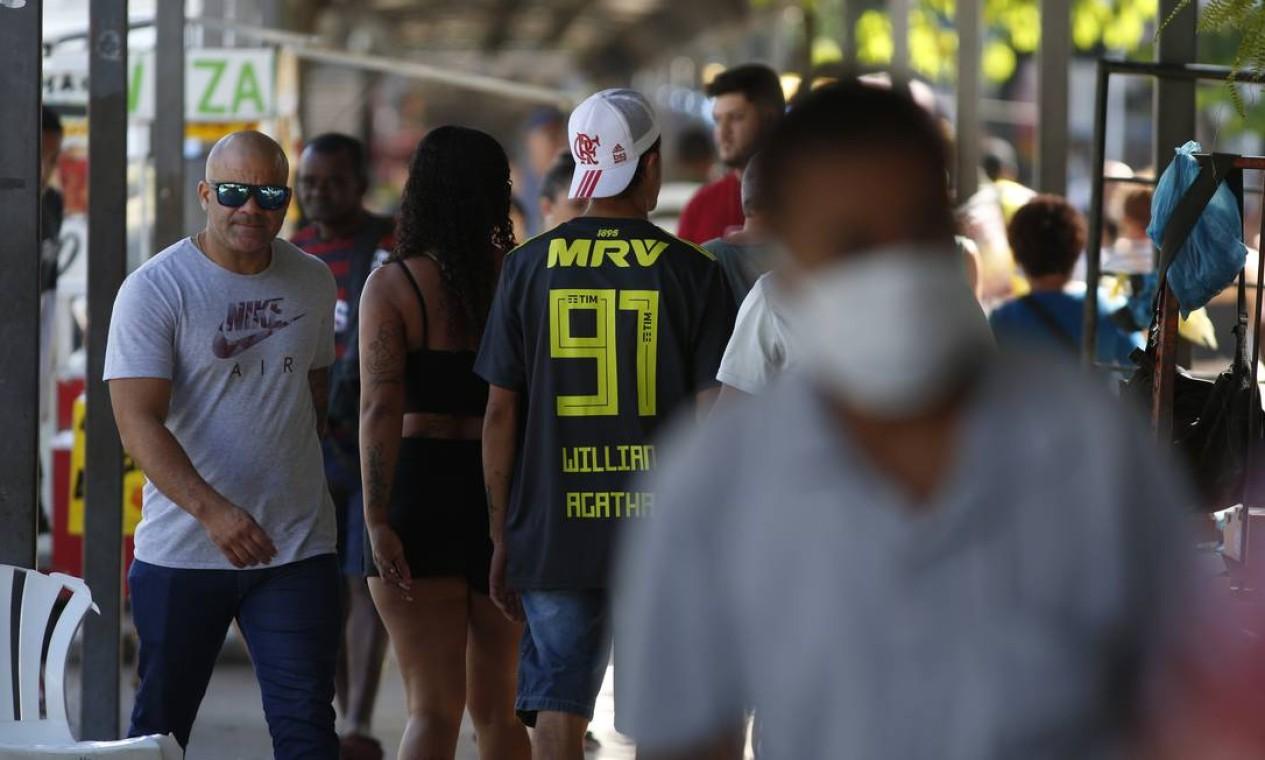 Calçadão de Bangu ficou lotado parecido com movimento em dias normais, na manhã desta terça-feira Foto: Fabiano Rocha / Agência O Globo