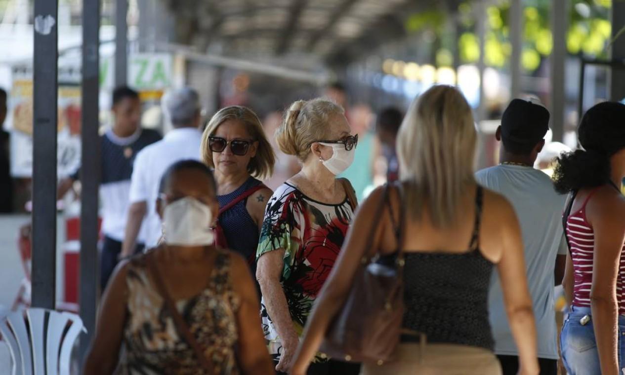 O que mudou em Bangu: no meio da aglomeração de pessoas, algumas usam máscaras de proteção Foto: Fabiano Rocha / Agência O Globo