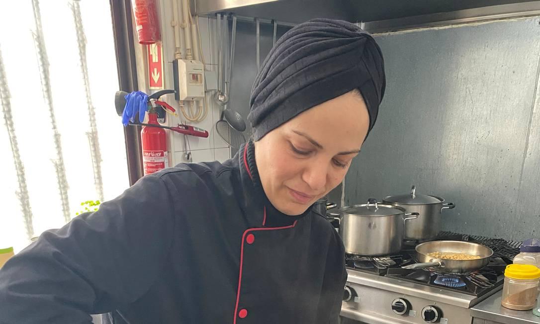 Ramia Ghumim, que fugiu da Síria anos atrás, cozinha para profissionais da saúde de Portugal Foto: Arquivo pessoal / Reuters