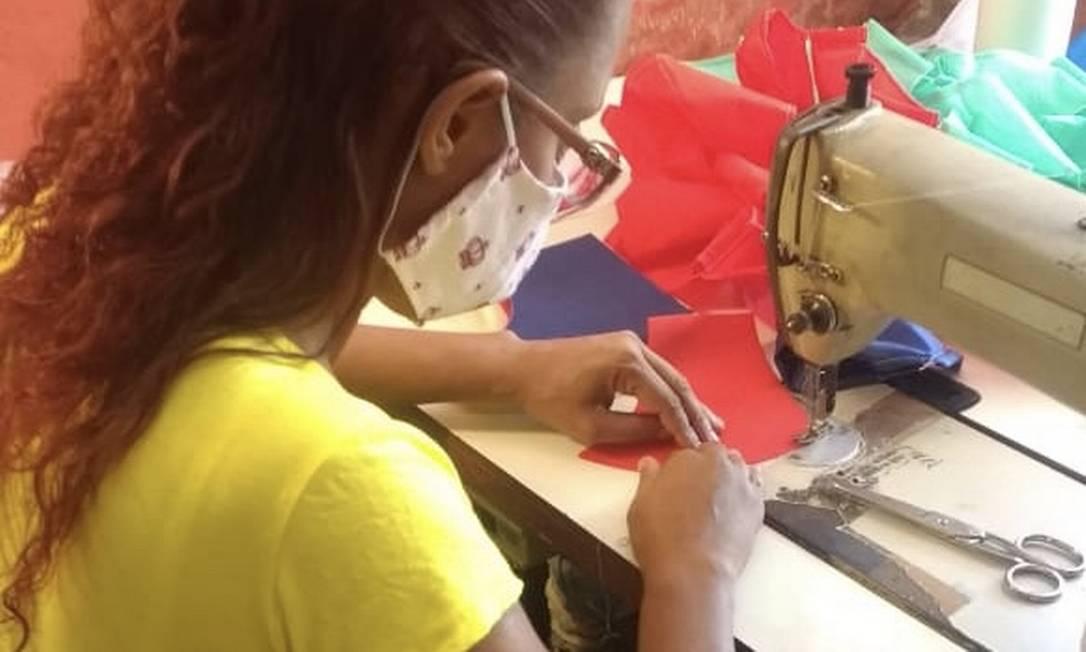 Costureira produzindo máscaras para moradores da Mangueira Foto: Divulgação