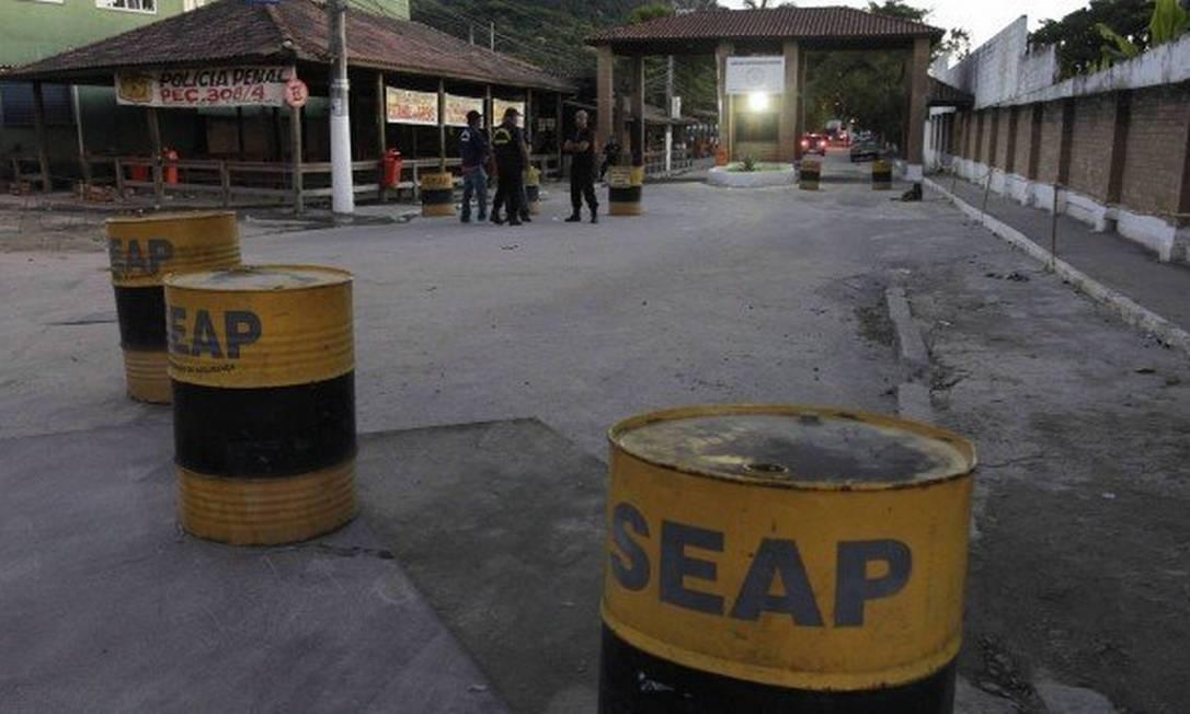 A entrada do Complexo de Gericinó, no Rio, onde o agente trabalhava Foto: Pedro Teixeira