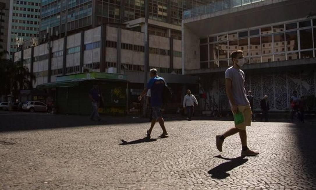 Jovem anda de máscara no Centro do Rio de Janeiro: hábito pode ser incorporado ao cotidiano Foto: Gabriel Monteiro