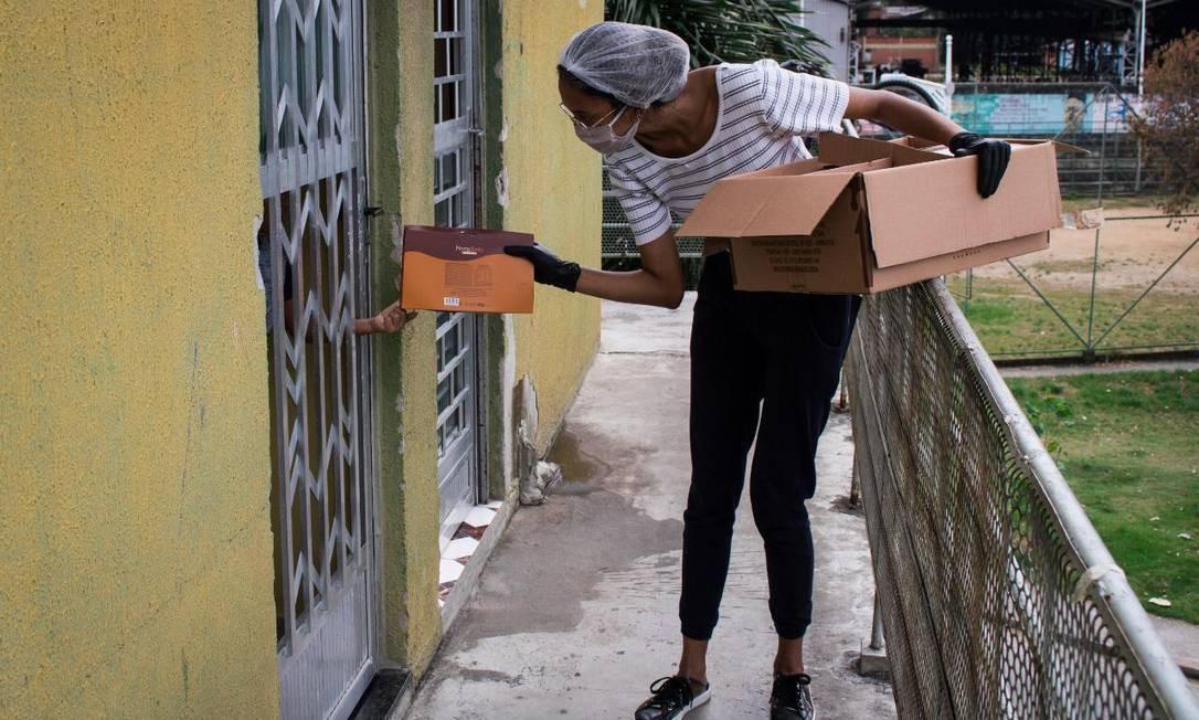 Entrega de produtos comprados com doações no Complexo do Alemão Foto: Matheus Guimarães / Voz das Comunidades