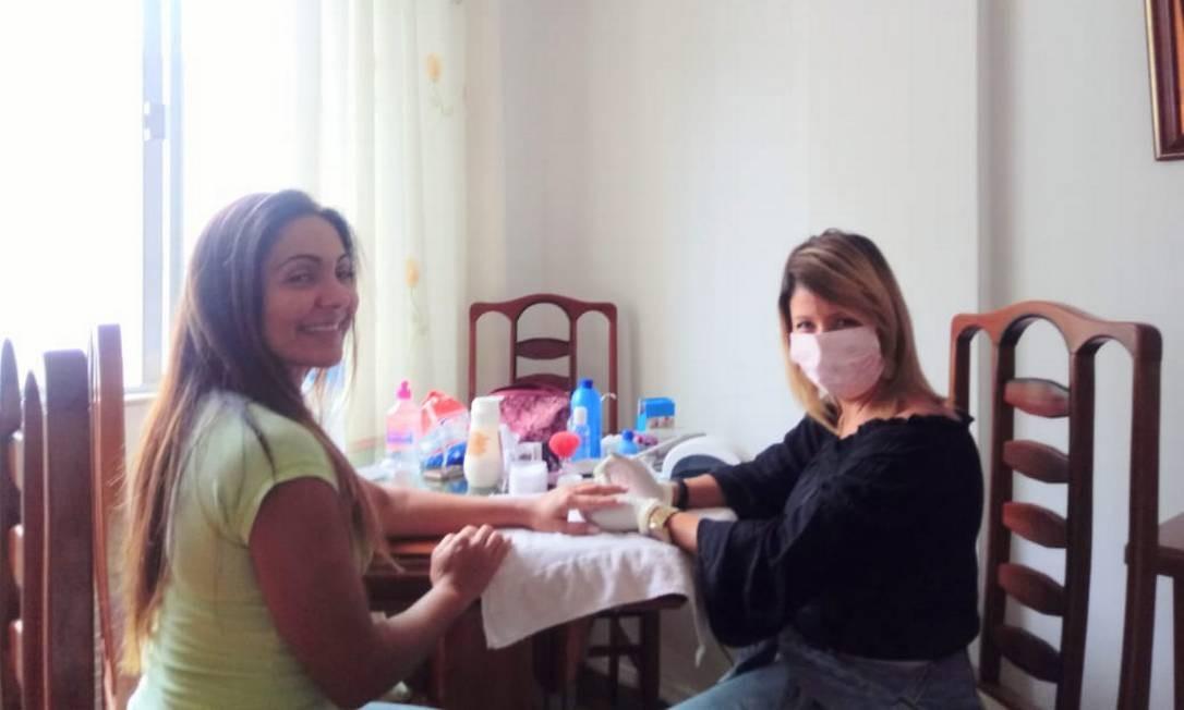 A manicure Tatiana Fumega tem feito unhas a domicílio Foto: Acervo pessoal