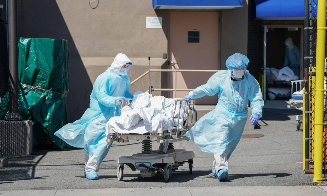 Corpos são transferidos para um caminhão de refrigeração que serve como necrotério temporário no Wyckoff Hospital, no bairro do Brooklyn, em Nova York Foto: BRYAN R. SMITH / AFP/06-04-2020
