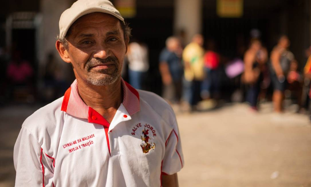 O pedreiro Raimundo Nonato de Souza: sofrimento para conseguir regularizar a situação de seu CPF no posto da Receita Federal de Madureira Foto: Gabriel Monteiro / Agência O Globo