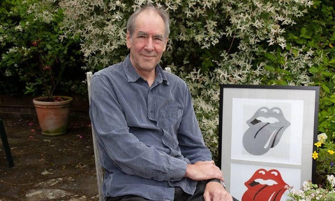 John Pasche em seu jardim, em 2010, com o logo dos Rolling Stones criado por ele Foto: Graham Miller / The New York Times