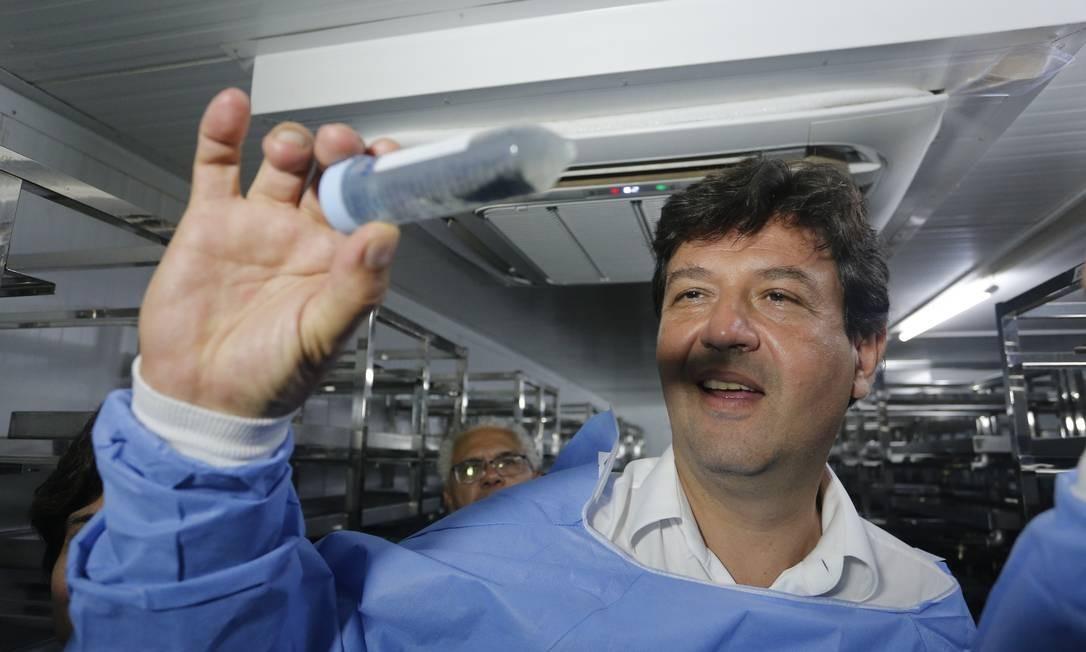 """No governo, Mandetta foi entusiasta do """"Método Wolbachia"""", de combate ao mosquito Aedes aegypti. Wolbachia é uma bactéria, intorduzida nos mosquitos em laboratório, que reduz a capacidade dele transmitir a dengue, a zika e a chikungunya. Na foto, o ex-ministro visita o laboratório World Mosquito Program (WMP), da Fiocruz, que desenvolveu o método. Foto: Pablo Jacob / Pablo Jacob"""