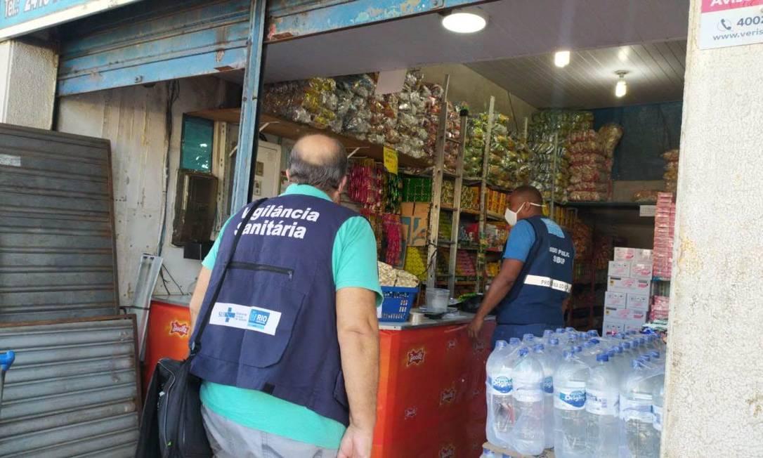 Prefeitura do Rio e Seop fiscalizaram comércio em Campo Grande, na Zona Oeste da cidade, nesta quarta-feira para cumprimento de medidas contra a Covid-19 Foto: Seop / Divulgação