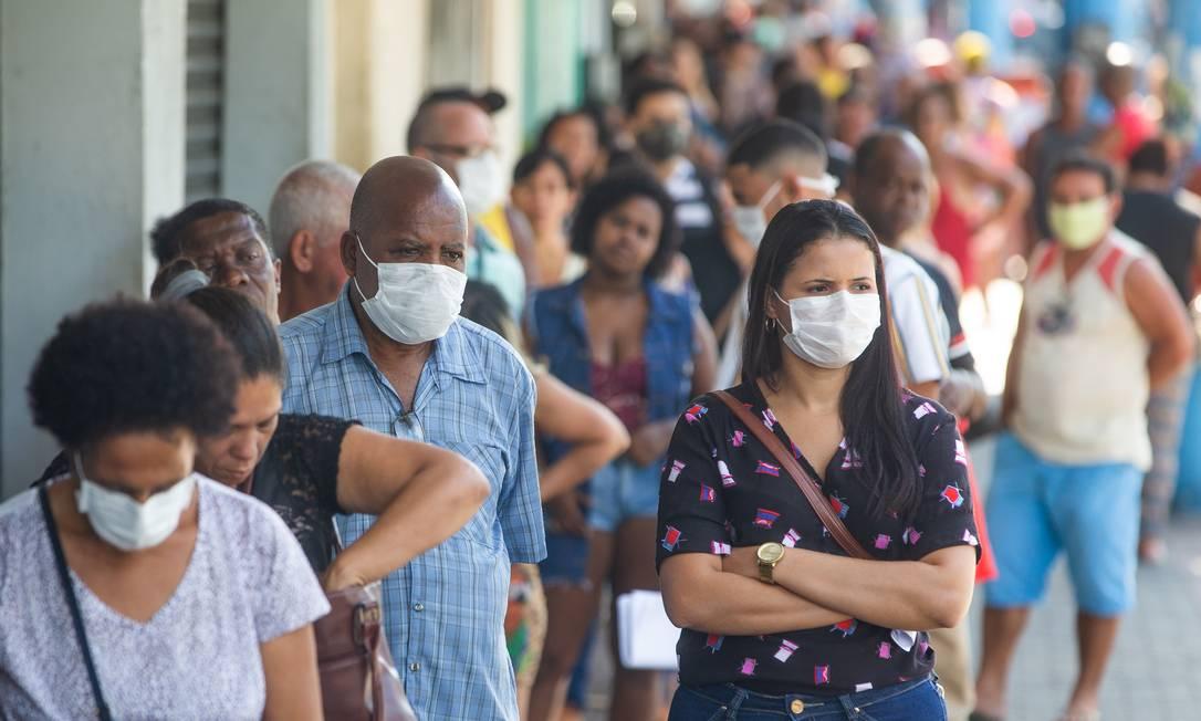 Pessoas fazem fila na porta da Caixa Econômica Federal, no Centro de São Gonçalo Foto: ROBERTO MOREYRA / Agência O Globo
