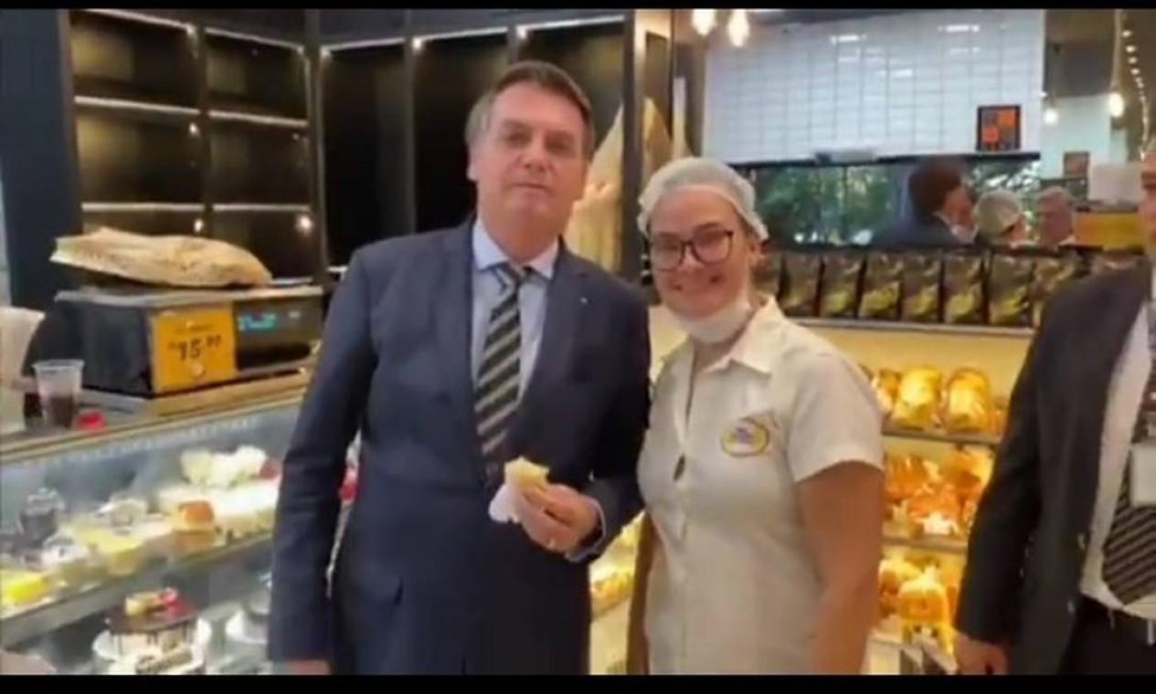 """Na entrevista ao Fantático, Mandetta também criticou pessoas que vão a locais públicos, citando """"padaria"""" e """"supermercado"""", e que ficam """"grudadas"""", classificando de """"equivocado"""" tal comportamento. Dias antes, o presidente havia visitado uma padaria em Brasília Foto: Reprodução"""