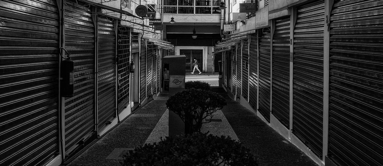 Lojas fechadas em uma pequena galeria da Rua Augusta Foto: Edilson Dantas / Agência O Globo