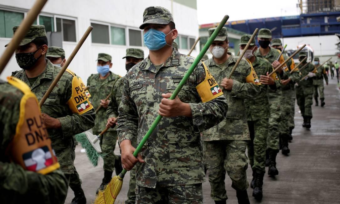 Guarda Nacional mexicana marcha com vassouras em vez de armas para combater a Covid-19 Foto: DANIEL BECERRIL / REUTERS