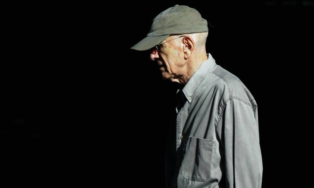 O escritor Rubem Fonseca em caminhada matinal no Leblon. Foto: Michel Filho / Agência O Globo