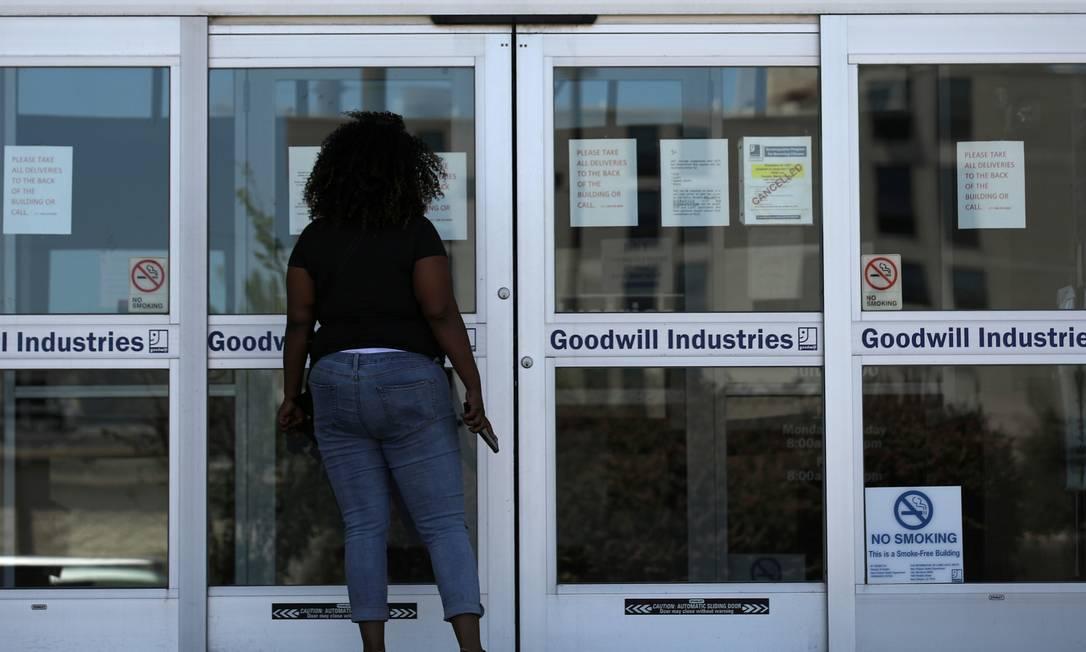 Mulher busca informações sobre o pedido de seguro-desemprego no Escritório de Desenvolvimento da Força de Trabalho de Nova Orleans Foto: Carlos Barria / Reuters