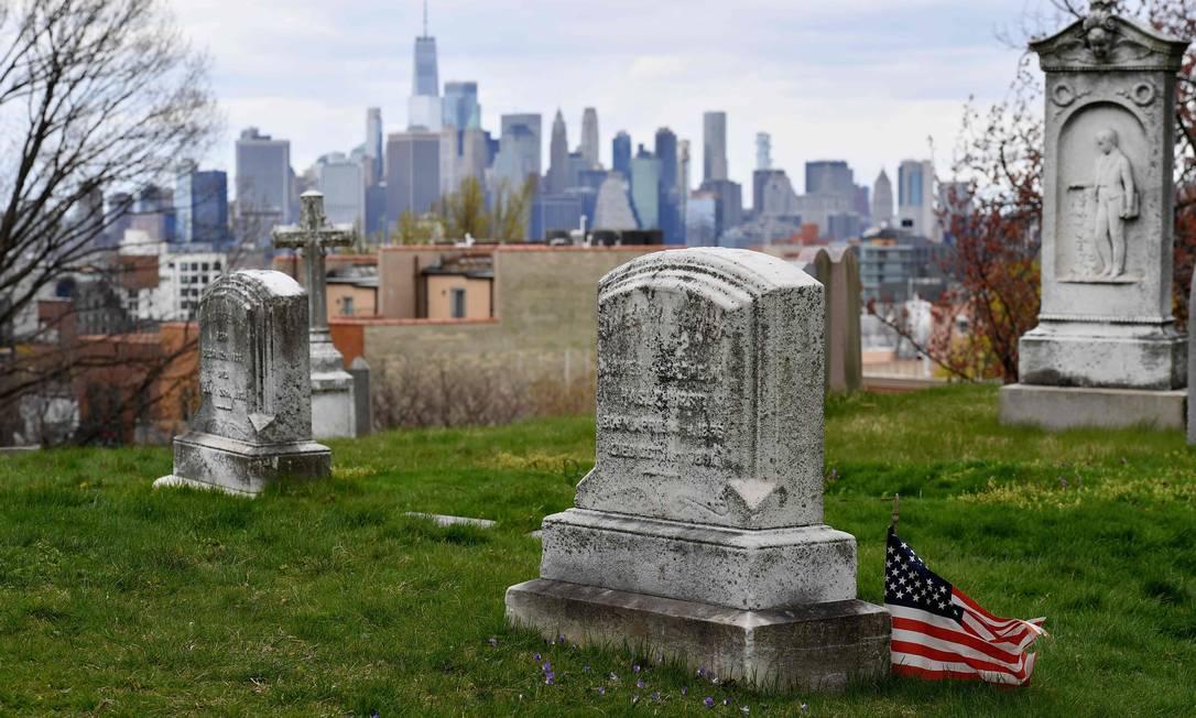 Cemitério nos Estados Unidos. País, que registra mais de 30 mil óbitos por causa do novo coronavírus, é o que tem mais mortes pela Covid-19 no mundo Foto: Angela Weiss / AFP