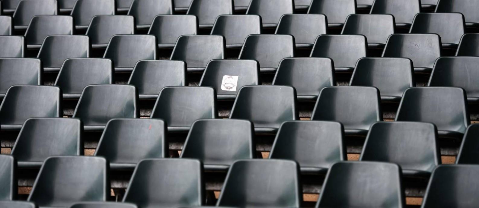 Cadeiras vazias no Borussia-Park, em Mönchengladbach, Alemanha, no dia 10 de março: futebol está parado no mundo Foto: INA FASSBENDER / AFP