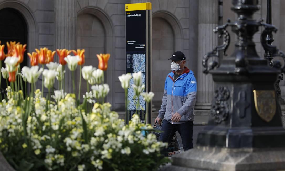 Pedestre caminha por uma Londres vazia por conta do coronavírus Foto: TOLGA AKMEN / AFP