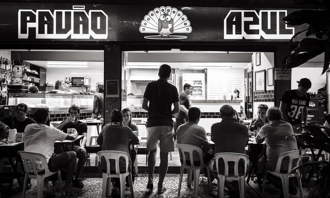 O bar Pavão Azul, em Copacabana, localizado em em frente à 12ª DP, do detetive Espinosa, personagem criado pelo escritor Foto: Leo Martins / Agência O Globo