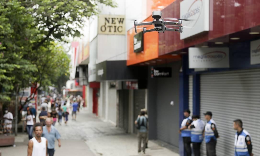 Drone falante é testado no calçadão de Campo Grande Foto: Gabriel de Paiva / Agência O Globo