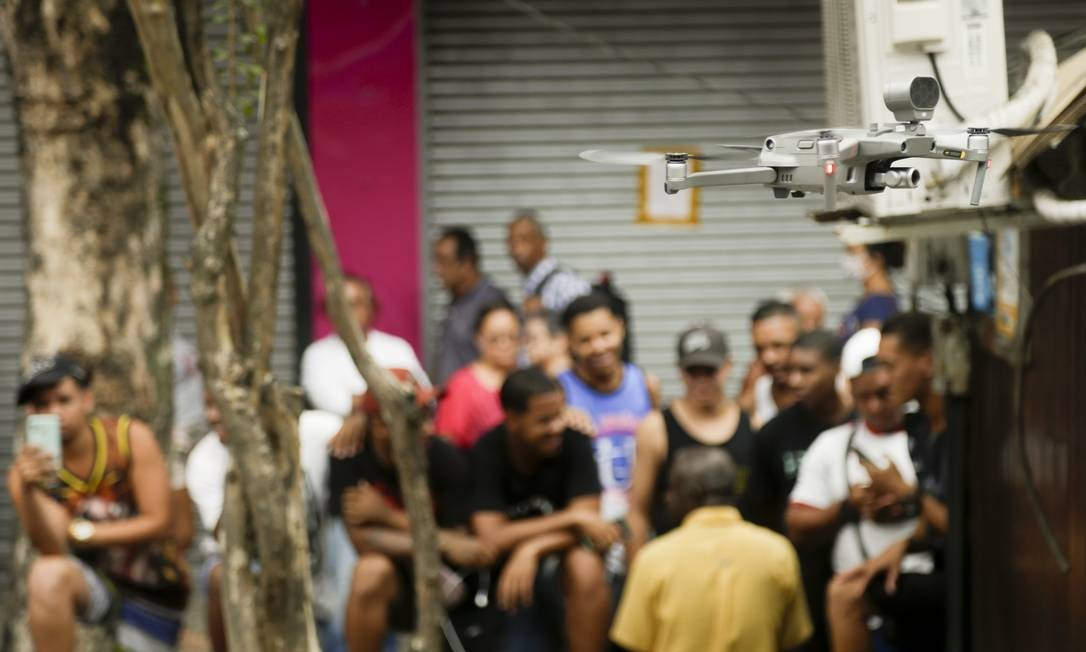 Na segunda-feira, o prefeito diz que estuda a possibilidade de multar pessoas que desobedecerem as regras de afastamento social Foto: Gabriel de Paiva / Agência O Globo