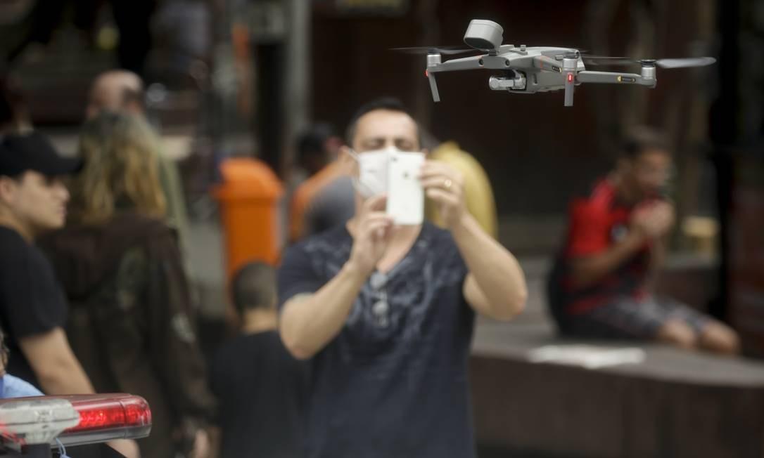 Drone será direcionado para focos de concentração de populares denunciado pelo ''Disk Aglomeração'', um dos novos serviços do teleatendimento do 1746 criado durante a pandemia Foto: Gabriel de Paiva / Agência O Globo