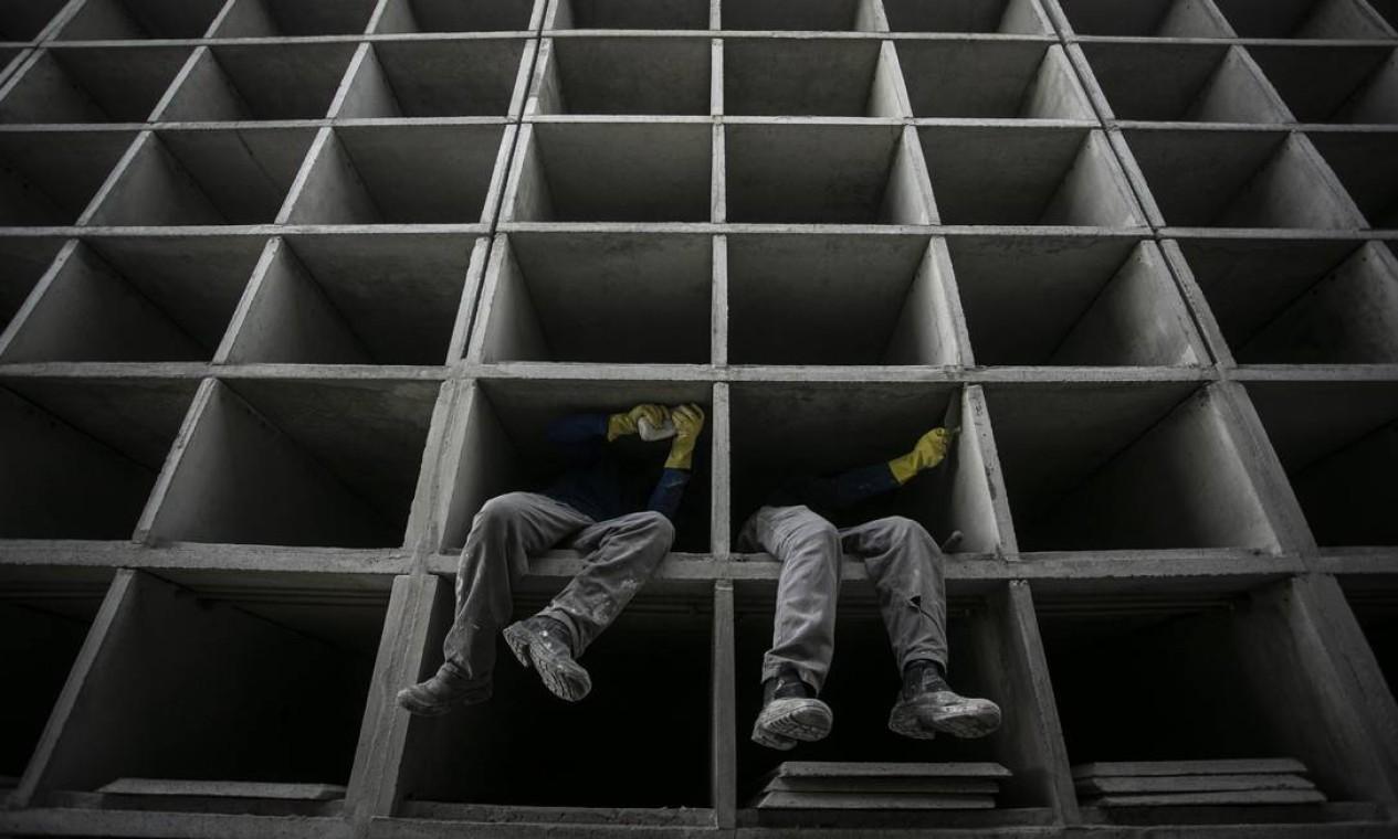 Operários trabalham na construção de 12 mi novos jazigos no Cemitério do Caju, na Zona Portuária do Rio, prevendo possível aumento de mortes em decorrência da Covid-19 Foto: Hermes de Paula / Agência O Globo - 16/04/2020