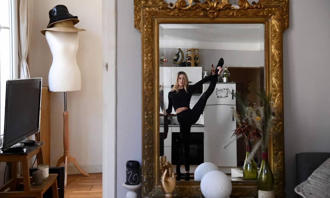 A dançarina irlandesa Isabelle pratica em sua casa, em Paris Foto: FRANCK FIFE / AFP