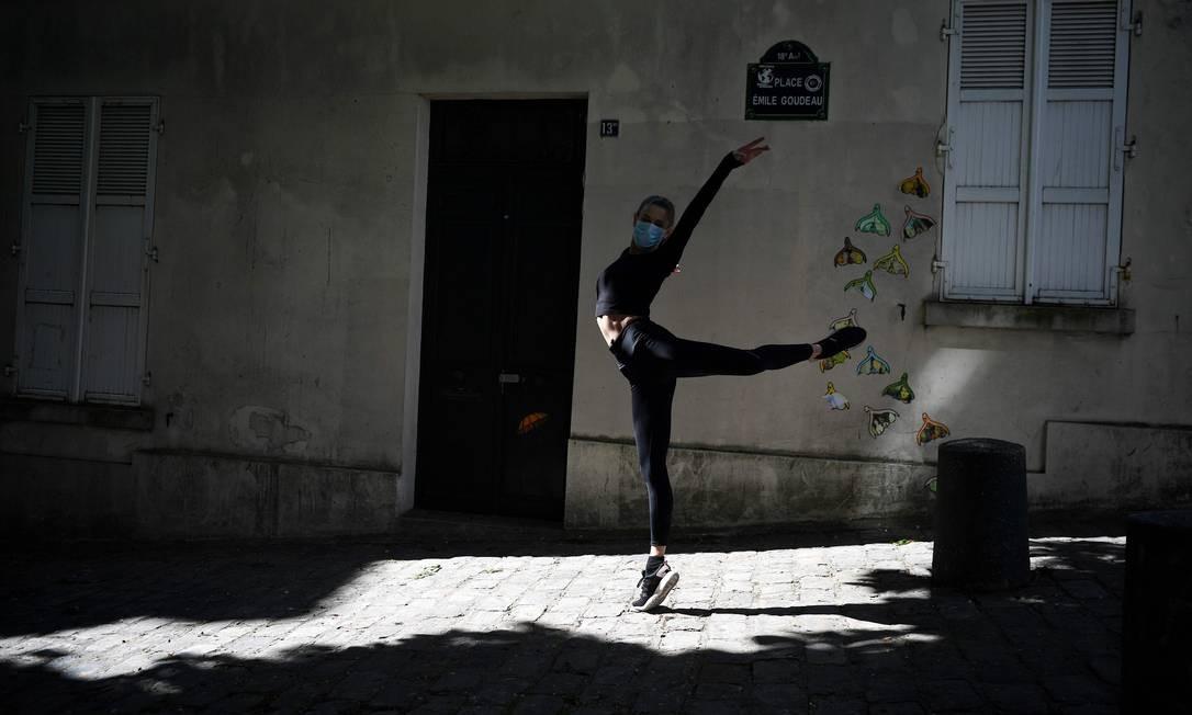 Isabelle treina coreografia no lado de sua casa durante confinamento social em Paris Foto: FRANCK FIFE / AFP