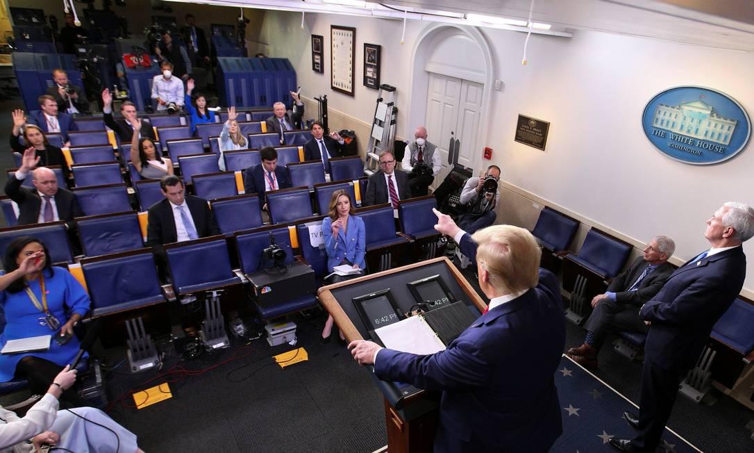 Donald Trump aponta para jornalista durante um dos briefings diários sobre a Covid-19 na Casa Branca, no dia 6 de abril Foto: KEVIN LAMARQUE / REUTERS