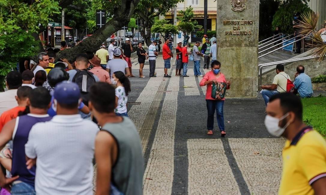 Fila em Fortaleza para regularizar o CPF e, assim, conseguir sacar o auxílio emergencial Foto: Mateus Dantas/Zimel Press/Agência O Globo