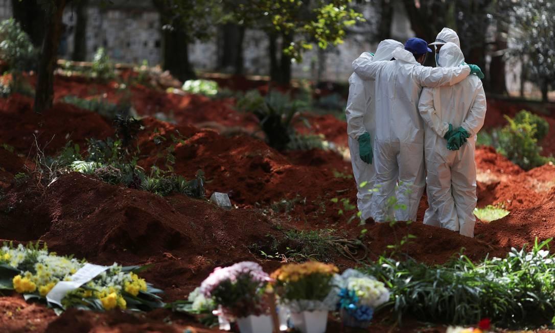 Coveiros usam roupas de proteção em cemitério de São Paulo Foto: Amanda Perobelli/Reuters / Amanda Perobelli/Reuters