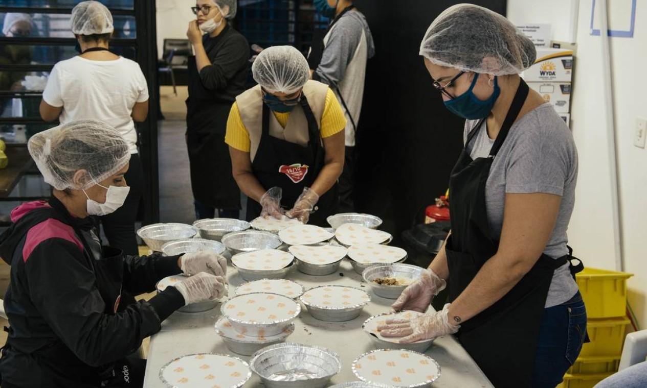 Voluntárias da União dos Moradores de Paraisópolis preparam marmitas que serem distribuídas a moradores da comunidade Foto: Filipe Redondo / Agência O Globo - 07/04/2020