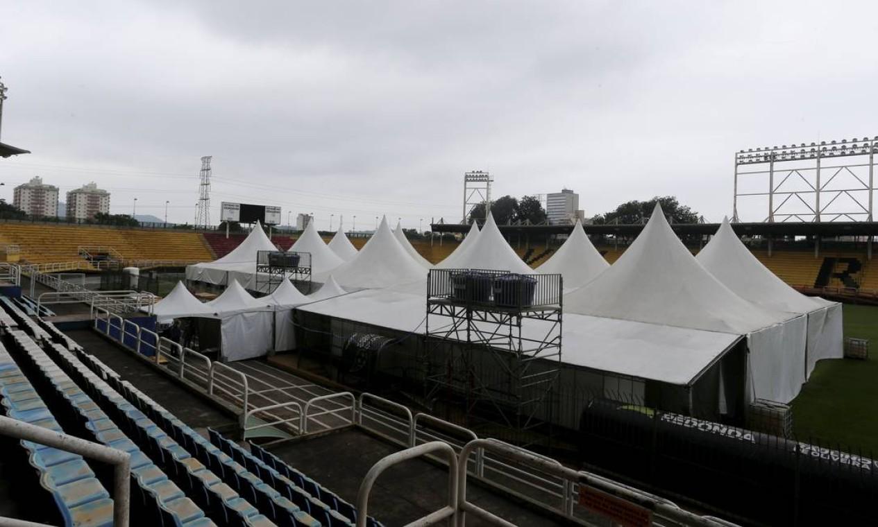 Hospital de campanha é construído dentro do Estádio Raulino de Oliveira Foto: Fabiano Rocha / Agência O Globo
