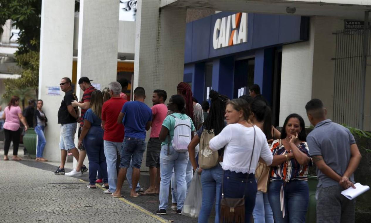 Pessoas aglomeradas em fila em frente à agência da Caixa, em Volta Redonda, cidade com a maior taxa de morte pela Covid-19 a cada 100 mil habitantes no estado Foto: Fabiano Rocha / Agência O Globo