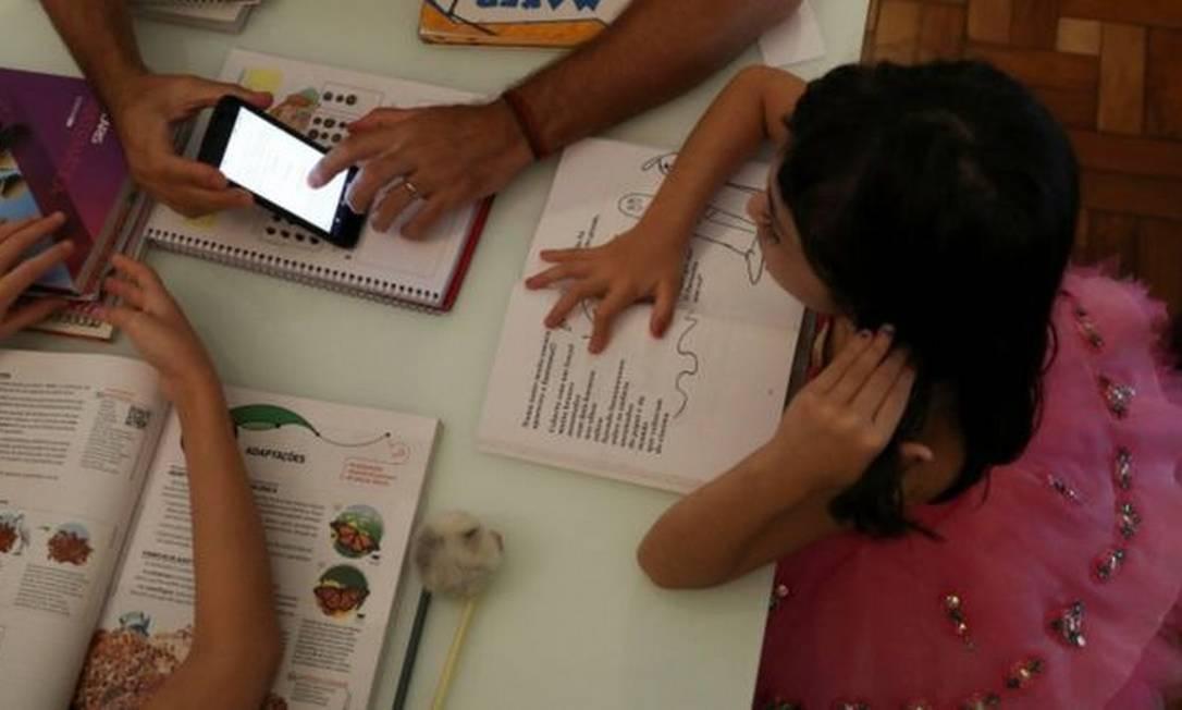 Crianças, adultos e escolas ainda tentam adaptar suas novas rotinas de estudos em casa Foto: REUTERS/AMANDA PEROBELLI