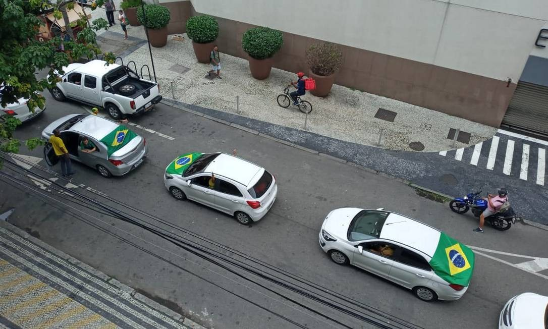 Carreata de apoiadores do presidente Jair Bolsonaro percorreu as ruas de Botafogo com cerca de 20 carros Foto: Igor Siqueira/Agência O Globo